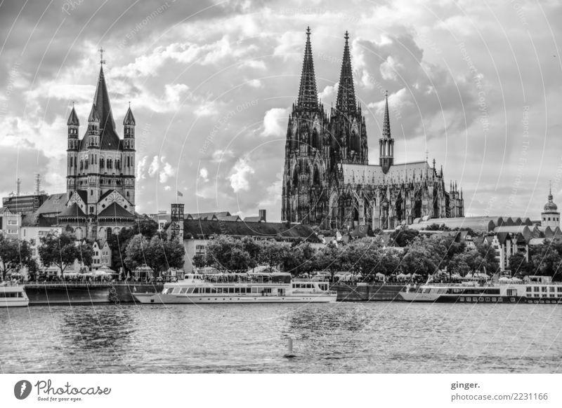 Gruß aus Köln alt Stadt weiß Baum Haus schwarz Architektur Gebäude außergewöhnlich grau Wasserfahrzeug Kirche groß Fluss Sehenswürdigkeit Bauwerk