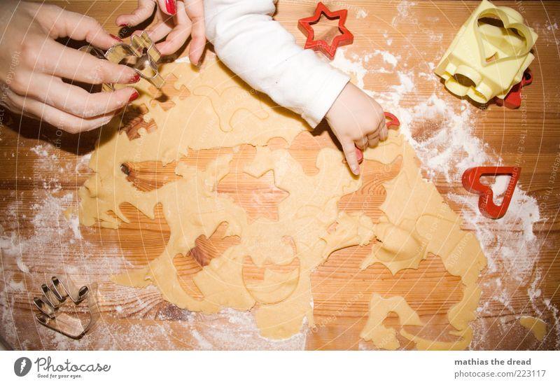 WEIHNACHTSBÄCKEREI Mensch Kind Hand Erwachsene Holz Lebensmittel Stimmung Zusammensein Arme Ernährung Kochen & Garen & Backen Finger Stern (Symbol) Vorfreude