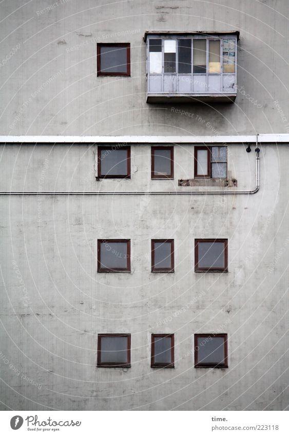 HH10.2 | Brave Heart Haus Kabel Architektur Mauer Wand Balkon Fenster Dach hängen viele grau Sicherheit Geborgenheit Ordnung Putz Leitung Rohrleitung Lagerhalle