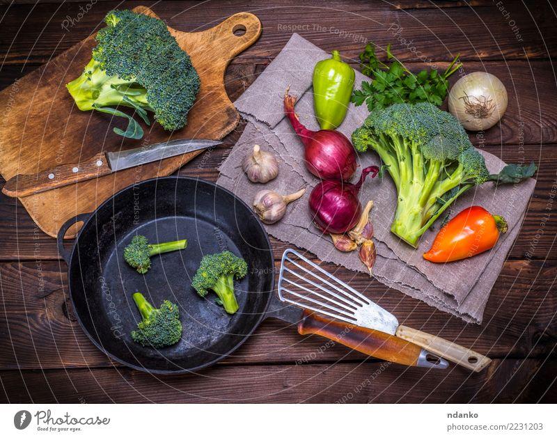 frischer Kohl Brokkoli Gemüse Ernährung Essen Vegetarische Ernährung Diät Pfanne Messer Tisch Küche Holz natürlich braun grün rot Ackerbau Hintergrund Ast
