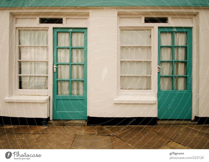 2. advent weiß Haus Wand Fenster Mauer Tür Fassade paarweise Häusliches Leben Sauberkeit türkis Eingang Bauwerk Vorhang Griff Gardine
