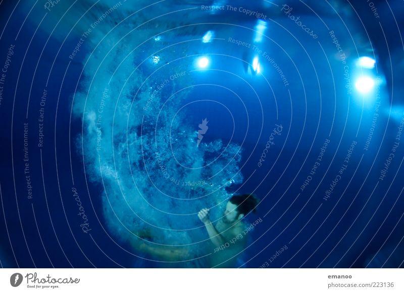 Rollwende Mensch blau Wasser Erwachsene Sport Bewegung springen nass Schwimmen & Baden Schwimmbad 18-30 Jahre tauchen sportlich drehen tief Luftblase