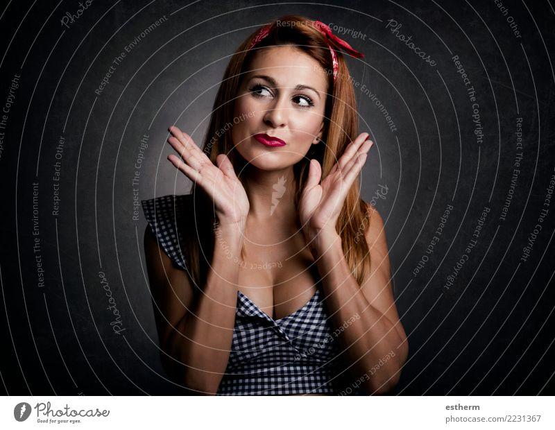 sexy Frau, die auf schwarzem Hintergrund lächelt Lifestyle elegant Stil Freude schön Mensch feminin Junge Frau Jugendliche Erwachsene 1 30-45 Jahre fangen