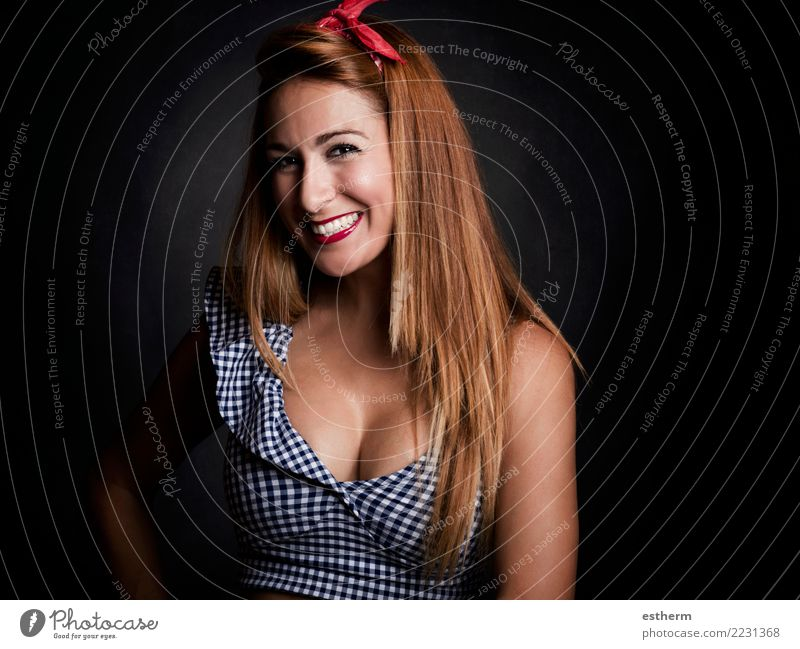 sexy Frau, die auf schwarzem Hintergrund lächelt Lifestyle elegant Stil Freude schön Mensch feminin Junge Frau Jugendliche Erwachsene 1 30-45 Jahre Bewegung