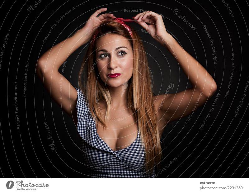 sexy Frau, die auf schwarzem Hintergrund lächelt Lifestyle elegant Stil Freude schön Mensch feminin Junge Frau Jugendliche Erwachsene 1 30-45 Jahre Denken