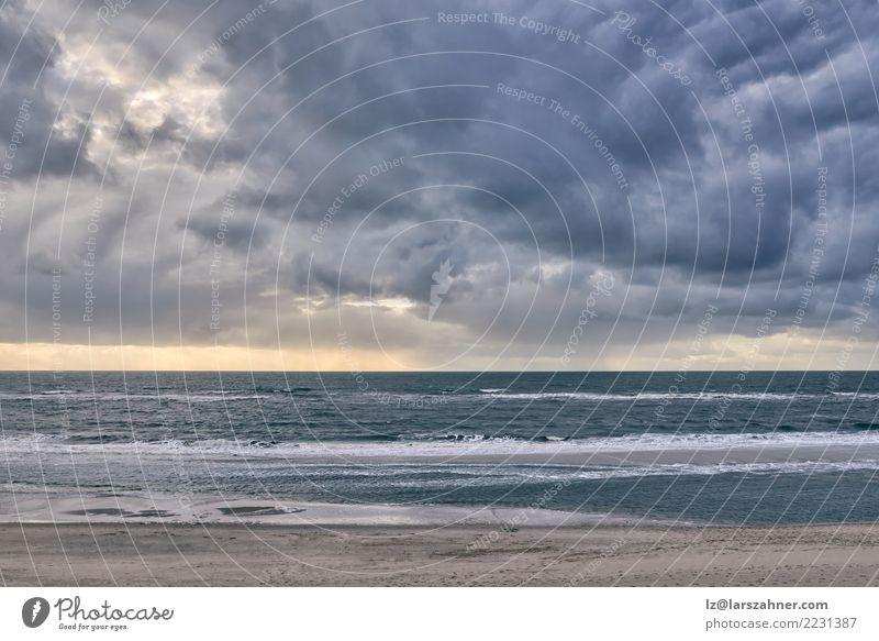 Drastischer Meerblick gegen bewölkten Himmel bei Sonnenuntergang Natur Ferien & Urlaub & Reisen blau Landschaft Wolken Strand Herbst Küste Stimmung Horizont