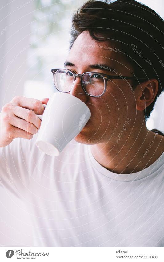 Asiatischer junger erwachsener Trinkbecher frischer Kaffee morgens Jugendliche Mann Erholung Haus Freude Erwachsene Lifestyle hell trinken heiß Restaurant Tee