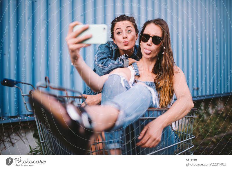 Junge erwachsene Hippie-Freundinnen, die selfie nehmen und Gesichter ziehen Lifestyle kaufen Freude Glück Freizeit & Hobby Sommer Telefon Technik & Technologie