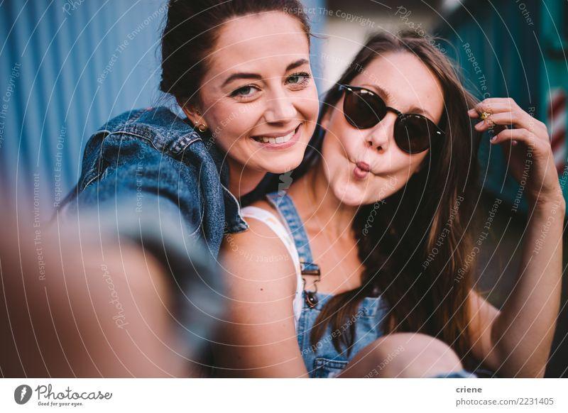 Zwei glückliche Freundinnen, die zusammen selfie nehmen Lifestyle Freude Glück Freizeit & Hobby Fotokamera Technik & Technologie Frau Erwachsene Freundschaft