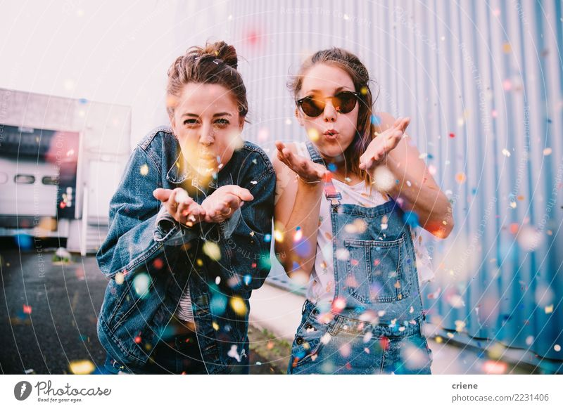 Freunde, die draußen mit Konfettis feiern Freude Glück Gesicht Freizeit & Hobby Feste & Feiern Silvester u. Neujahr Geburtstag Frau Erwachsene Freundschaft