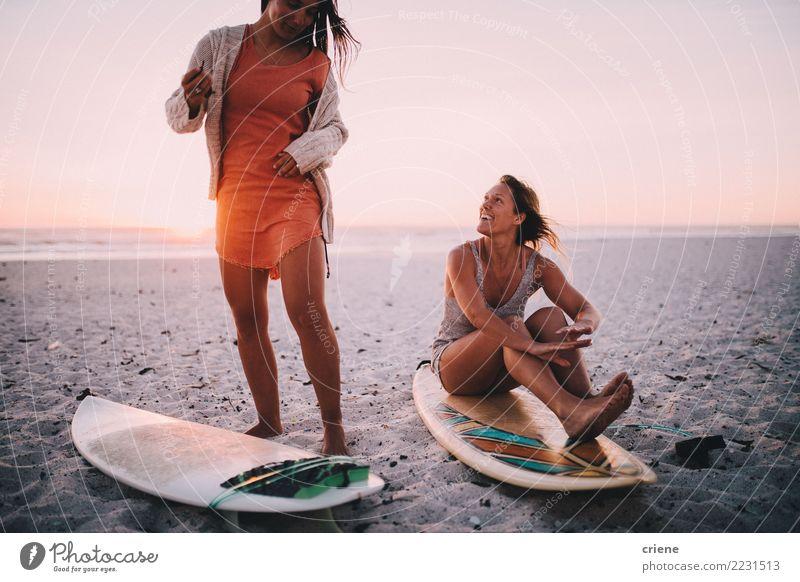 Zwei glückliche Freundinnen, die Spaß am Strand mit Surfbrettern haben Lifestyle Freude Glück Erholung Freizeit & Hobby Ferien & Urlaub & Reisen Sommer feminin