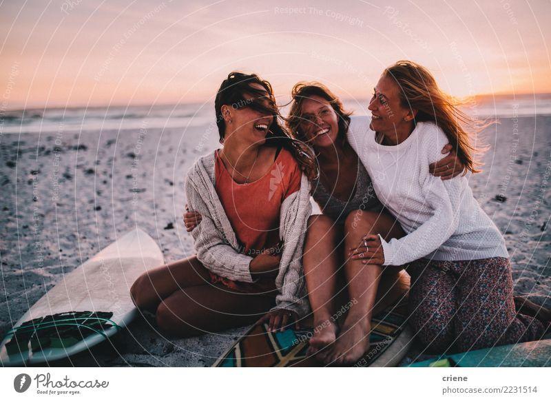 Gruppe beste Freunde nett auf dem Strand im Sonnenuntergang Frau Mensch Ferien & Urlaub & Reisen Jugendliche Junge Frau Sommer Erholung Freude Erwachsene