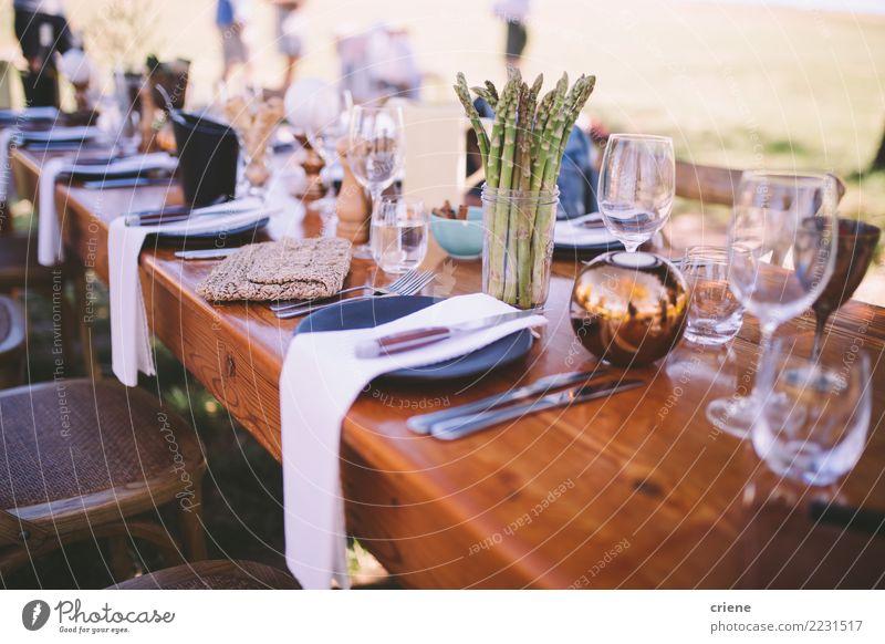 Ziemlich dekorierten Esstisch am Veranstaltungsort im Sommer Mittagessen Abendessen Büffet Brunch Besteck Gabel Tisch Restaurant Feste & Feiern Hochzeit Freude