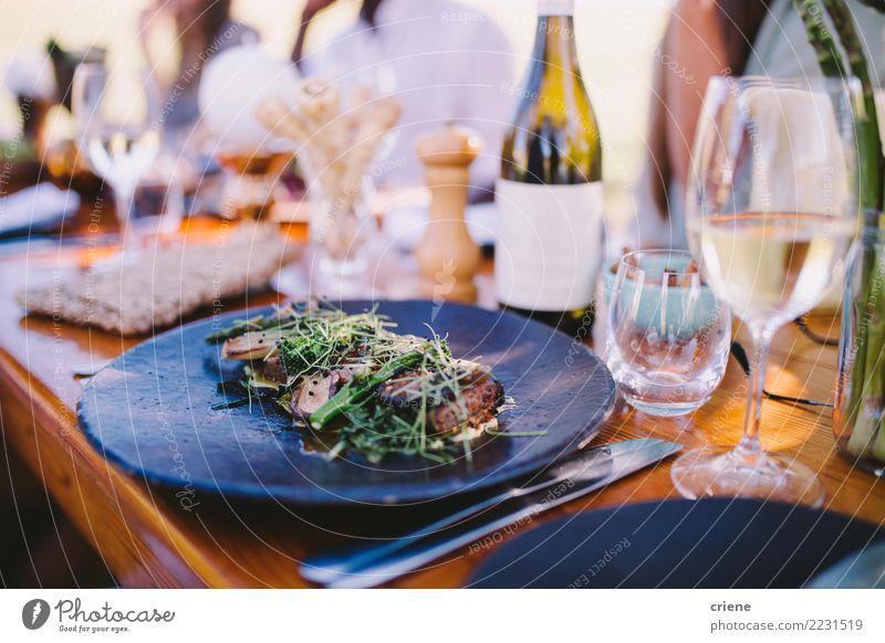 Dinner Party mit Wein und leckerem Essen Fleisch Mittagessen Abendessen Alkohol Teller Tisch Restaurant Feste & Feiern Hochzeit Lebensmittel Weinglas Steak