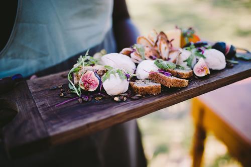 Nahaufnahme der köstlichen Käseplatte mit Brot und Frucht Diät Restaurant Holz ästhetisch lecker saftig Platte Kellner Feige Wein Lebensmittel Feinkostladen