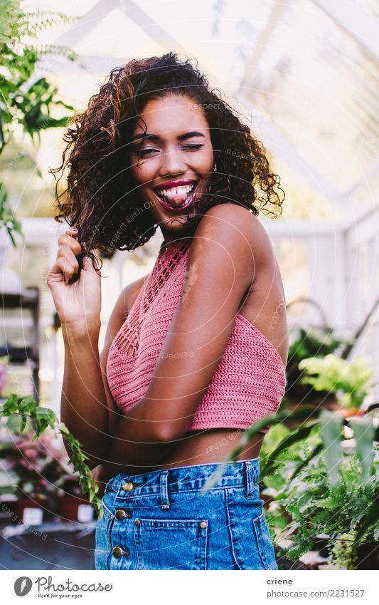 Portrait der jungen afrikanischen Frau, die heraus Zunge ausdehnt Lifestyle Freude Glück Mensch feminin Junge Frau Jugendliche Erwachsene 1 Afro-Look Lächeln