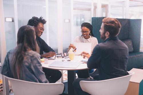 Gruppe Wirtschaftler in der Sitzung Erfolg Praktikum Arbeit & Erwerbstätigkeit Arbeitsplatz Büro Business Mittelstand sprechen Team Notebook feminin Frau