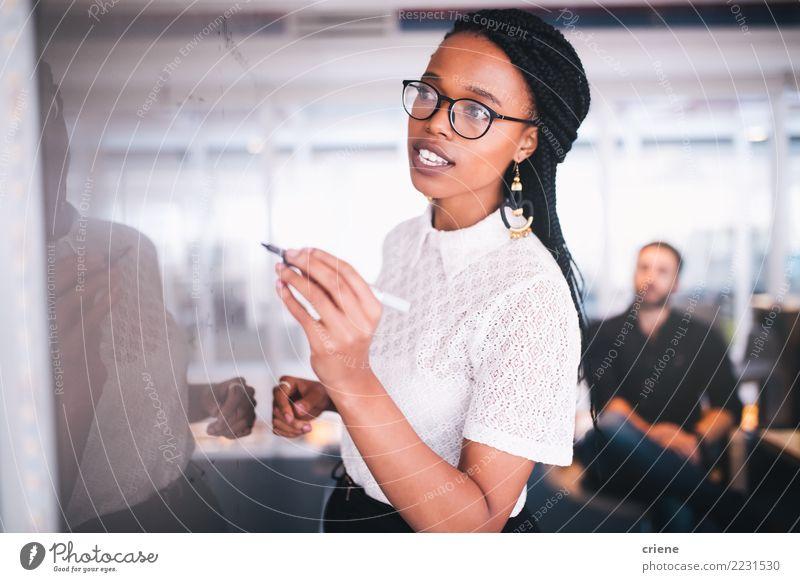Mensch Jugendliche Junge Frau sprechen feminin Business Arbeit & Erwerbstätigkeit Büro Kreativität Erfolg Idee fahren Sitzung selbstbewußt Kapitalwirtschaft