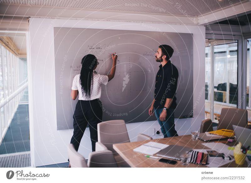 Geschäftsleute, die auf whiteboard brainstorming und schreiben Erfolg Arbeit & Erwerbstätigkeit Büro Business Sitzung sprechen Erwachsene Musiknoten fahren Idee
