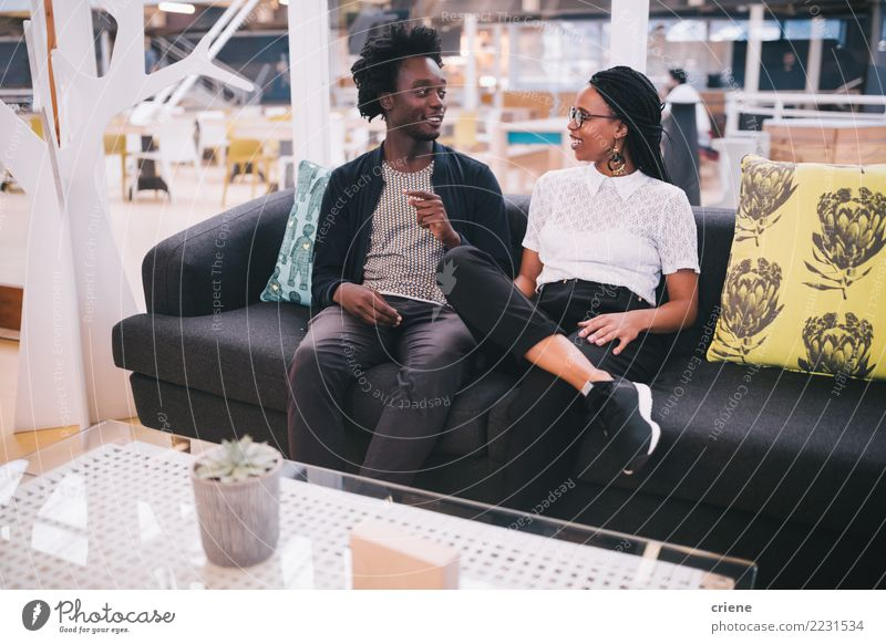 Mensch Jugendliche Erwachsene Lifestyle sprechen feminin Business Zusammensein Arbeit & Erwerbstätigkeit Büro sitzen Lächeln Idee fahren Sofa Sitzung