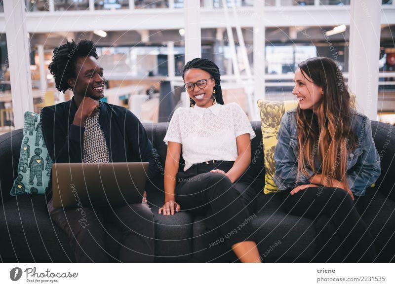 Gruppe Wirtschaftler, die miteinander im Büro sprechen Freude Erfolg Praktikum Arbeit & Erwerbstätigkeit Business Sitzung feminin Frau Erwachsene Jugendliche