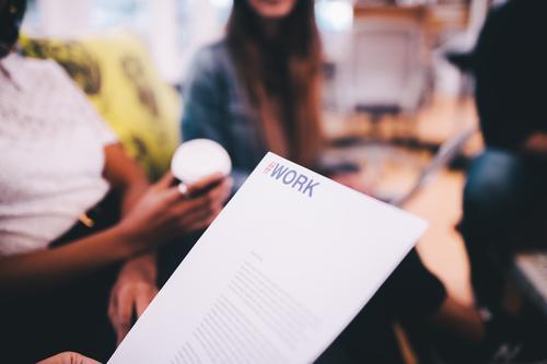 Nahaufnahme des Dokuments im Büro sprechen Business Arbeit & Erwerbstätigkeit Erfolg Papier Schriftstück Sitzung Geschäftsmann Brainstorming Geschäftsfrau