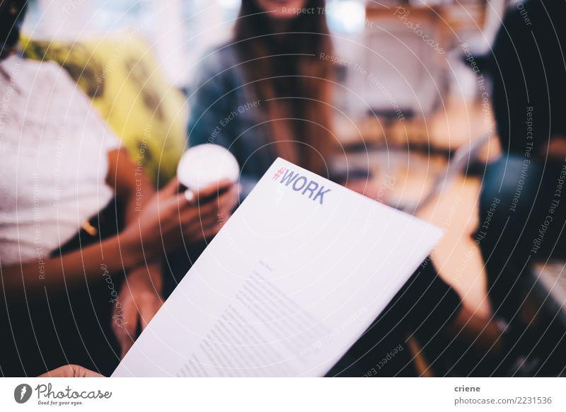 sprechen Business Arbeit & Erwerbstätigkeit Erfolg Papier Schriftstück Sitzung Geschäftsmann Brainstorming Geschäftsfrau