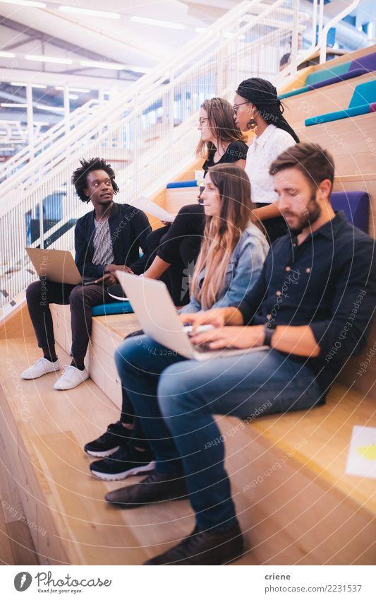 Jugendliche Erwachsene sprechen Business Menschengruppe Arbeit & Erwerbstätigkeit Büro Erfolg Idee fahren Sitzung Teamwork Geschäftsmann Kaukasier Praktikum