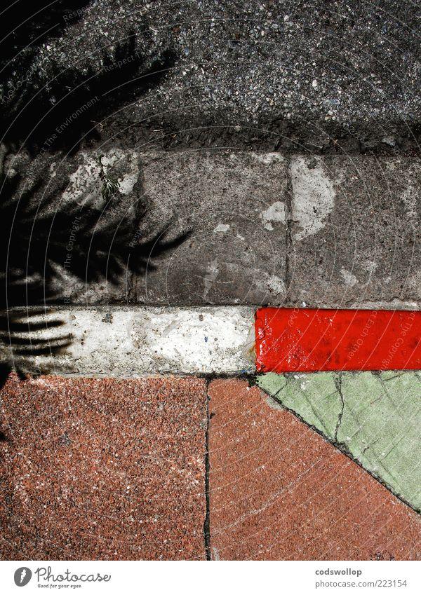 winterurlaub am straßenrand Straße eckig grau grün rot weiß Bordsteinkante Straßenrand Geometrie Strukturen & Formen Bürgersteig Straßenbelag Farbfoto