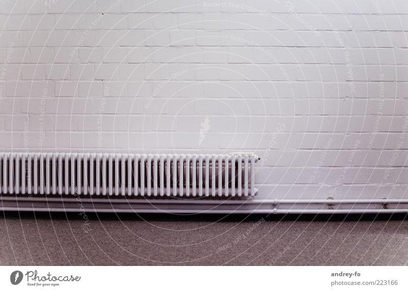 Heizkörper Innenarchitektur Raum Energiewirtschaft Mauer Wand Wärmeisolierung Heizung heizen Energie sparen Farbfoto Innenaufnahme Textfreiraum rechts