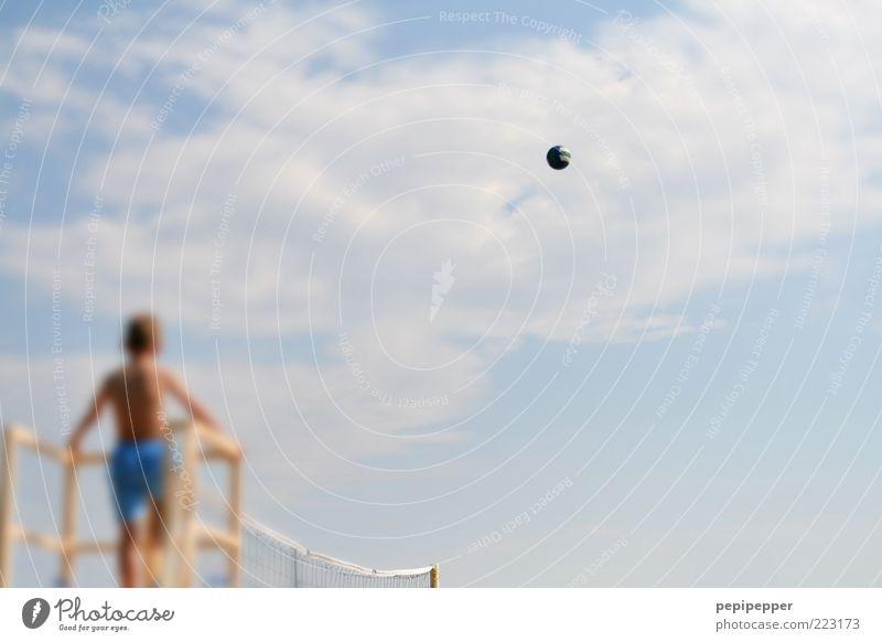 scharf angeschnitten Mensch Kind Himmel Sommer Ferien & Urlaub & Reisen Wolken Spielen Luft fliegen Tourismus Freizeit & Hobby Kindheit beobachten Fan Sommerurlaub Volleyball