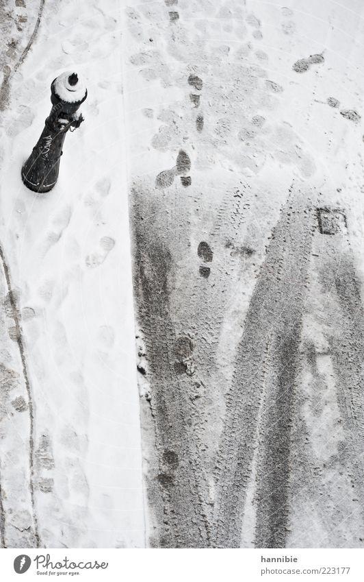 Spurensuche Straße grau schwarz weiß Bürgersteig Hydrant Winter kalt Reifenspuren Schnee Farbfoto Gedeckte Farben Außenaufnahme Menschenleer Textfreiraum unten