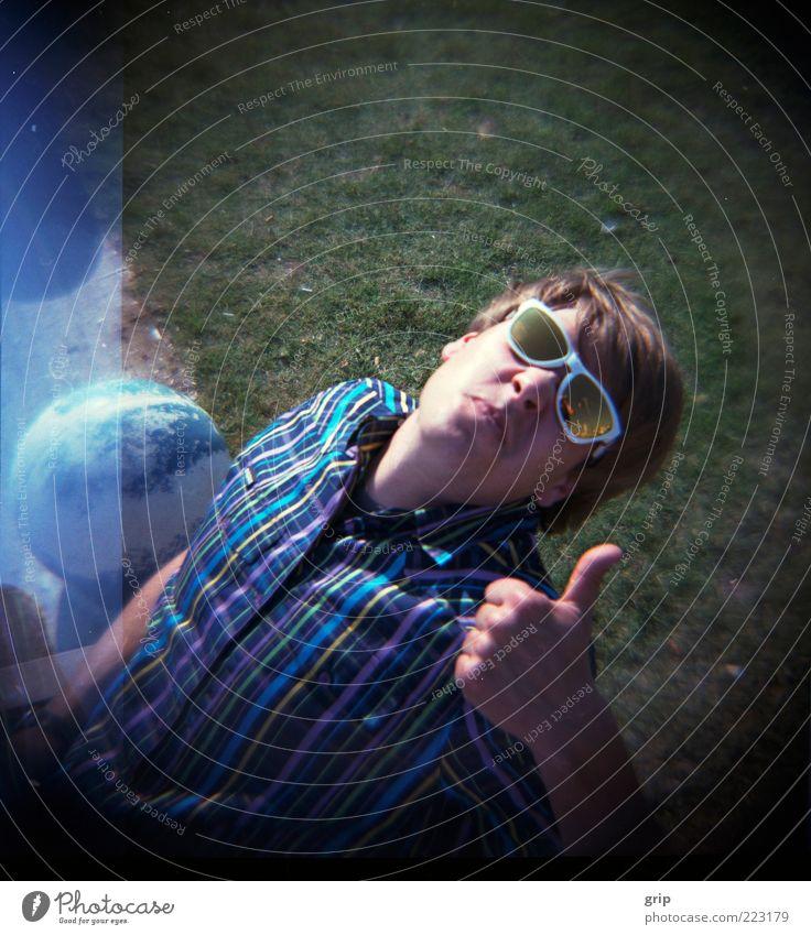 top Mensch Jugendliche Sonne Sommer Erwachsene Wiese Gras Glück lachen Zufriedenheit maskulin Lifestyle 18-30 Jahre Zeichen Lächeln hängen