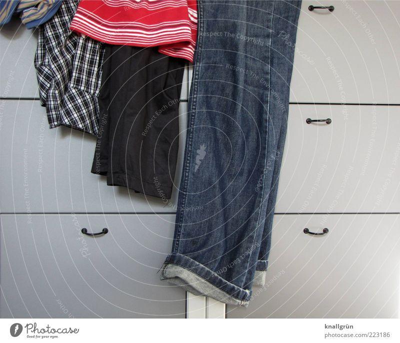 Der Mann im Haus Bekleidung T-Shirt Hemd Hose Jeanshose Schrank liegen trendy modern blau grau rot Ordnungsliebe Mode Häusliches Leben gestreift kariert