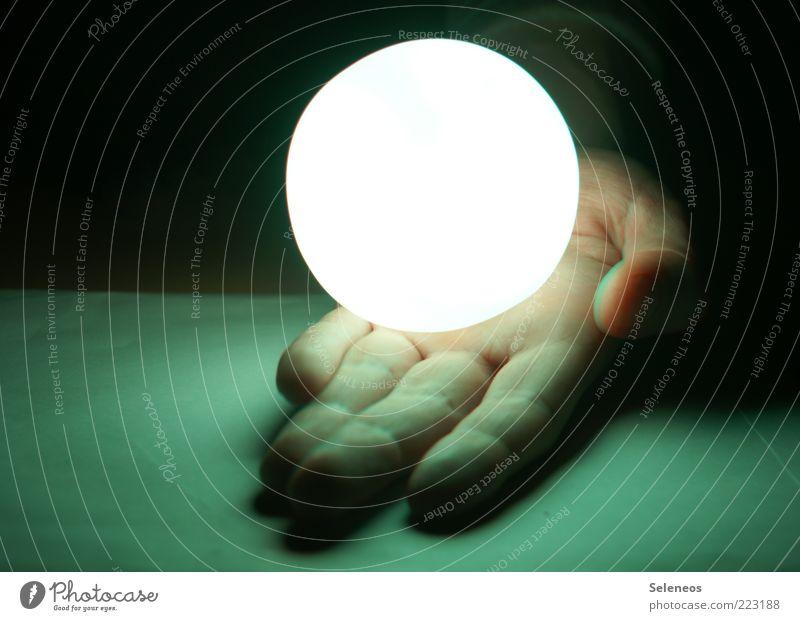 großer weißer Punkt Mensch Hand dunkel hell klein glänzend Finger Energiewirtschaft Zukunft Technik & Technologie Kitsch Kugel leuchten Fortschritt