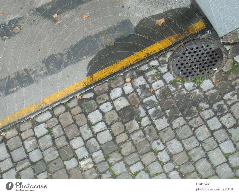 street impression Straße Schilder & Markierungen Bodenbelag Asphalt Kopfsteinpflaster Parkplatz Gully Abfluss