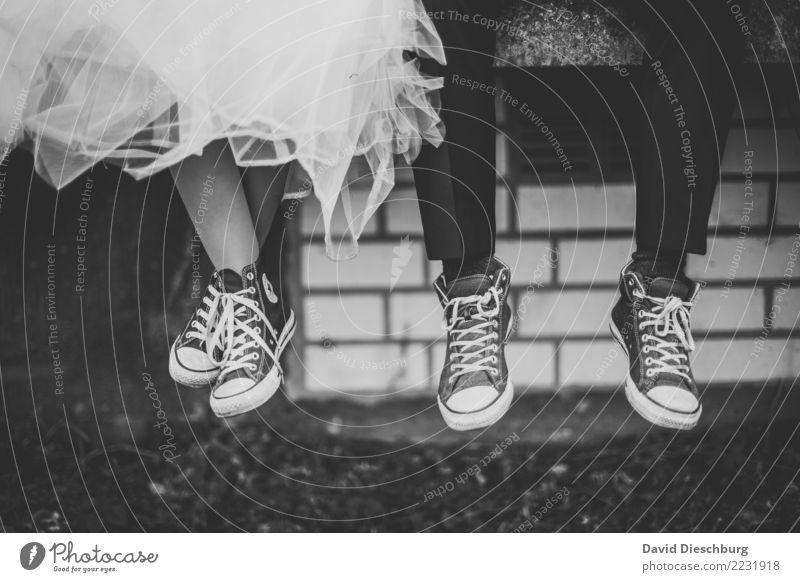 Wedding with Chucks Hochzeit maskulin feminin Paar Partner Leben Beine Fuß Hose Kleid Schuhe Turnschuh Glück Geborgenheit Einigkeit Zusammensein Liebe