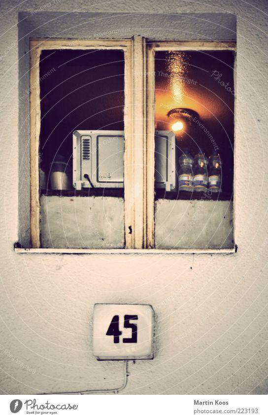In die Jahre gekommen alt Haus Wand Fenster Architektur Stimmung Lampe Beleuchtung Wohnung Fassade Armut Küche Ziffern & Zahlen leuchten analog Sorge