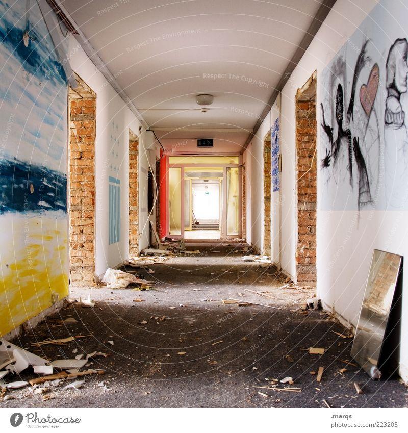 Unbekannt verzogen Bauwerk Gebäude Architektur Gang Flur Beton Häusliches Leben alt eckig einzigartig kaputt mehrfarbig Perspektive Wandel & Veränderung