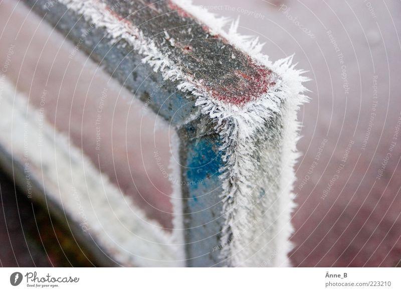 90° Winkel unter 0°C Winter Klima Wetter Eis Frost Schnee Metall Kristalle Wasser Zeichen Linie Streifen Begrenzung kalt stachelig blau rosa silber weiß