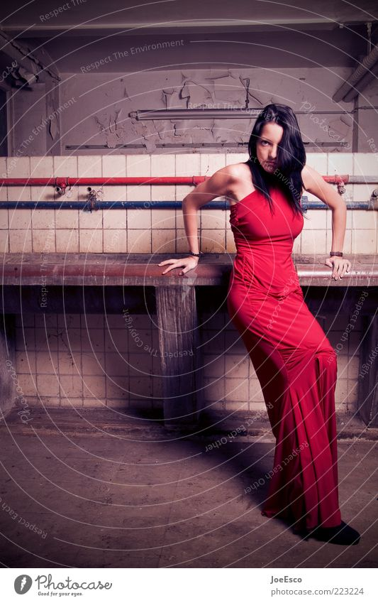 red dress. Frau Jugendliche schön rot Erwachsene feminin dunkel Leben Stil Mode elegant warten stehen Coolness beobachten Bad