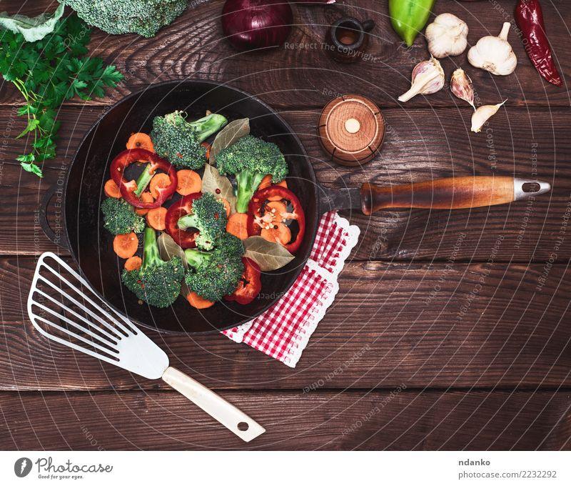frisches Gemüse in einer schwarzen runden Pfanne Ernährung Essen Vegetarische Ernährung Diät Tisch Küche Natur Pflanze Holz natürlich braun grün rot Brokkoli