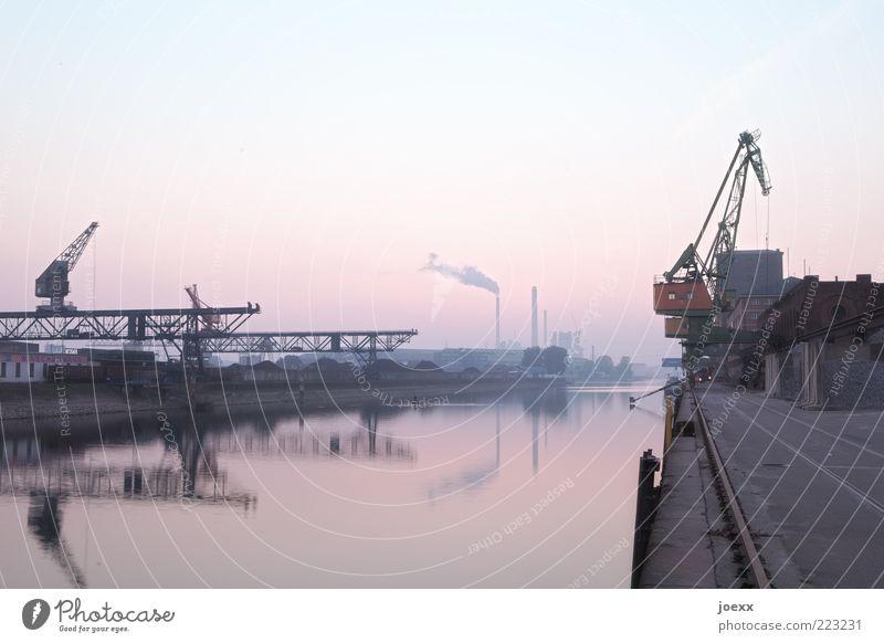 Becken II Industrie Himmel Wolkenloser Himmel Flussufer Hafen alt blau grau rosa rot ruhig Pause Rheinhafen Karlsruhe Hafenkran Anlegestelle Farbfoto