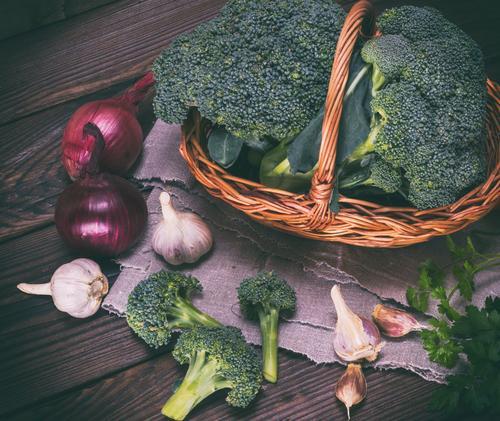 frischer Brokkoli in einem braunen Weidenkorb grün Essen natürlich Holz Ernährung Tisch Gemüse reif Essen zubereiten Diät Vegetarische Ernährung Vitamin Korb