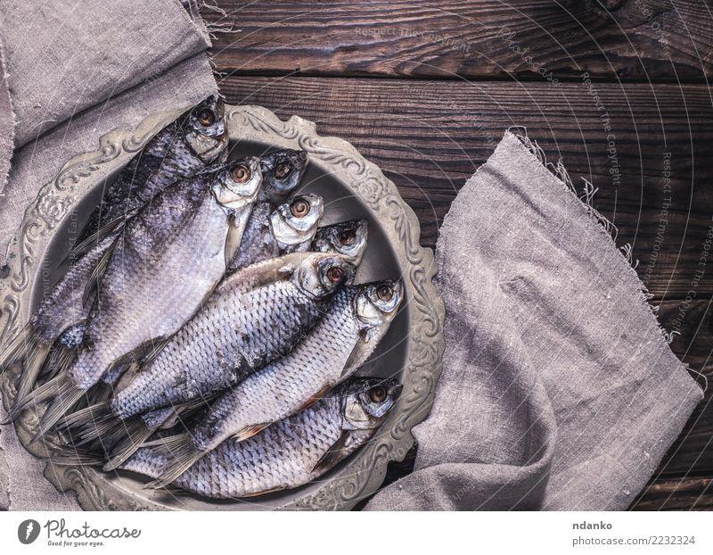Tier natürlich Holz braun oben Fisch Teller getrocknet Snack Vorbereitung Feinschmecker Meeresfrüchte salzig Serviette Rotauge