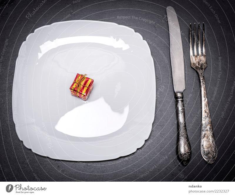 weiße quadratische Platte und Eisenbesteck Frühstück Mittagessen Abendessen Teller Gabel Design Tisch Restaurant Sauberkeit schwarz Überraschung Quadrat Speise