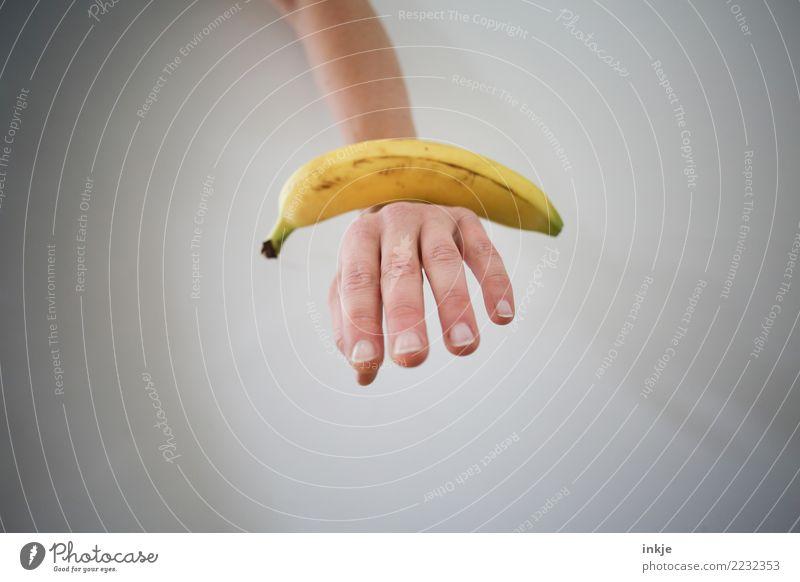 ausgewogene Ernährung 1 weiß Hand gelb außergewöhnlich Textfreiraum liegen frisch Gleichgewicht reif Banane Vor hellem Hintergrund