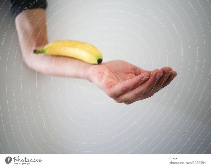 ausgewogene Ernährung 2 Mensch Hand gelb Gesundheit Zufriedenheit Frucht liegen frisch Arme festhalten rein Bioprodukte Diät Vegetarische Ernährung Banane