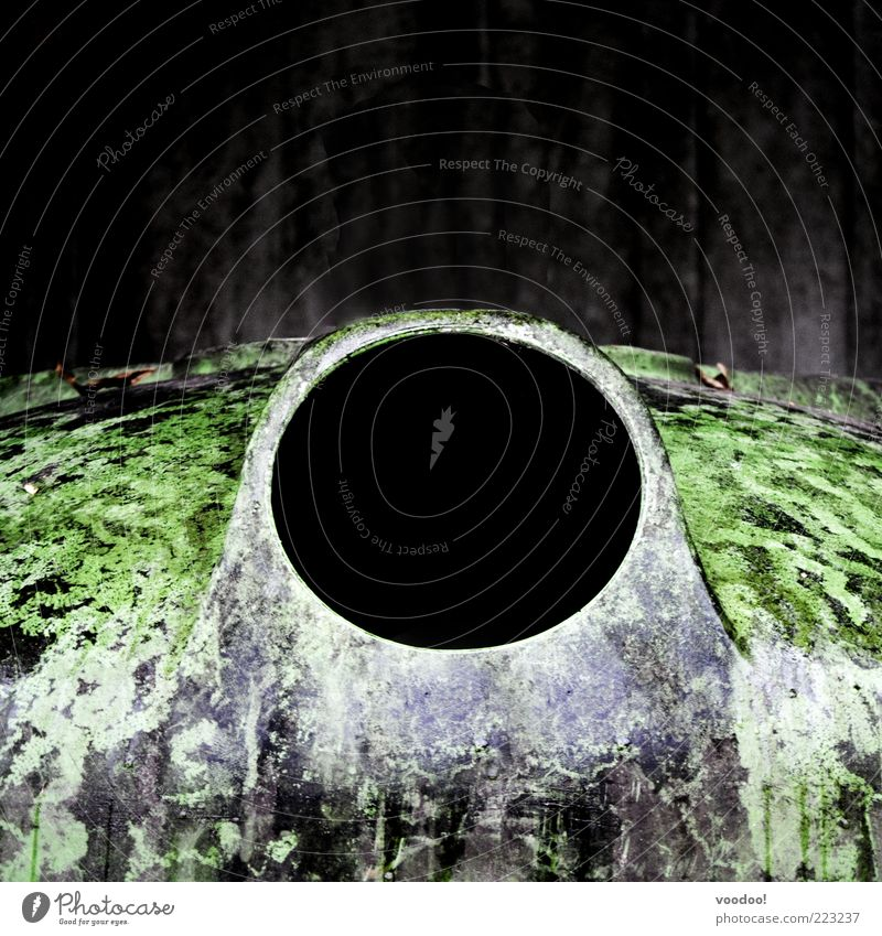 black hole sun grün schwarz dunkel Umwelt Metall Loch Container Recycling Öffnung Schwarze Löcher Glascontainer Recyclingcontainer
