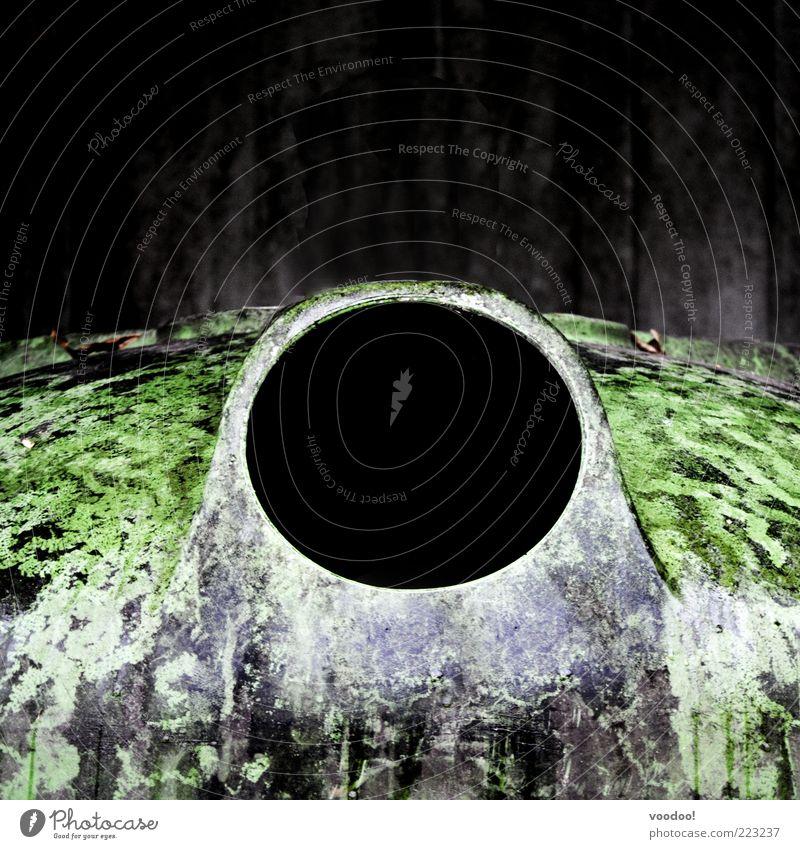 black hole sun Umwelt Metall dunkel grün schwarz Loch Schwarze Löcher Recyclingcontainer Container Farbfoto Außenaufnahme Menschenleer Textfreiraum oben Öffnung